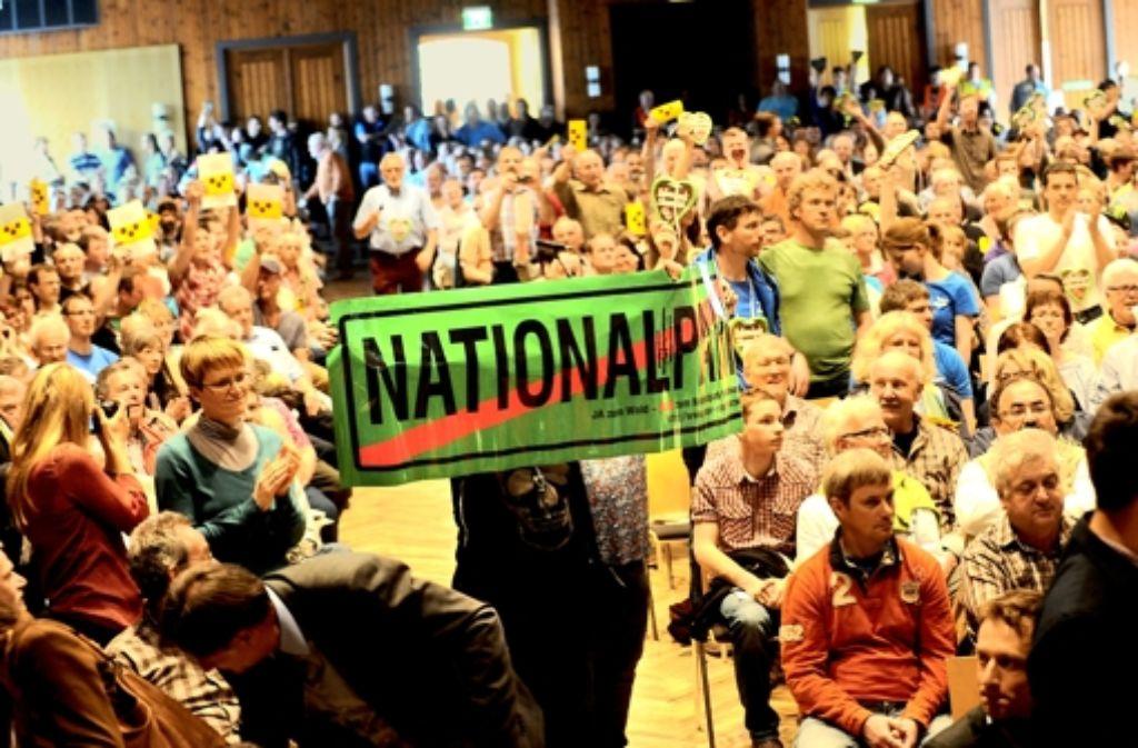 Interessierte Bürger, Befürworter und Gegner eines Nationalparks haben sich in der Schwarzwaldhalle versammelt – die Stimmung war aufgeladen. Foto: Fritsch