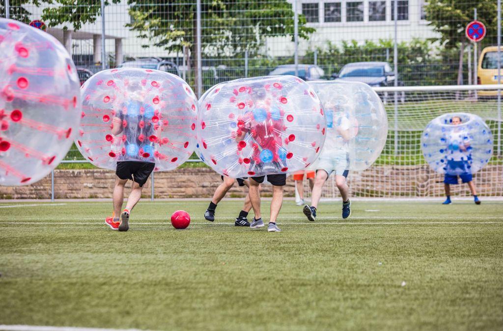 Fußballspiele mit Schutzhülle Foto: Lichtgut/Julian Rettig