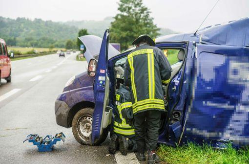 Transporter-Fahrer kracht gegen Baum und wird schwer verletzt
