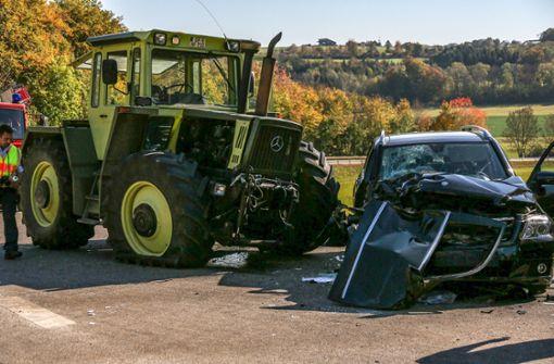 Mann nach Unfall mit Traktor eingeklemmt