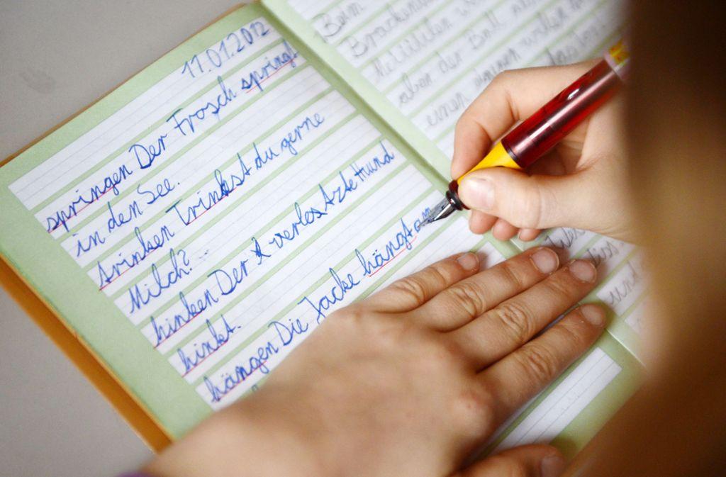 Baden-Württemberg will mit einer Fortbildungsinitiative erreichen, dass Grundschullehrer den Kindern die Rechtschreibung besser vermitteln. Foto: dpa