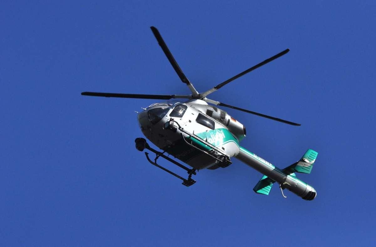 Die Polizei setzte mehrere Streifenwagen  und einen Hubschrauber bei der Suche ein (Symbolbild). Foto: picture alliance / dpa/Andreas Rosar