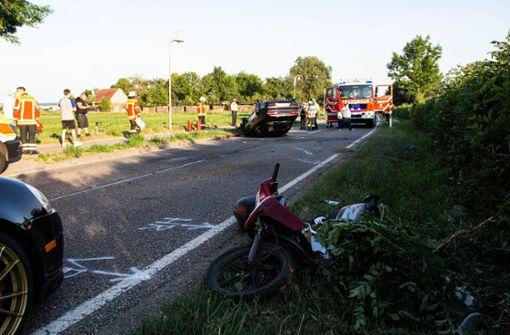 Überholmanöver endet tragisch – zwei Rollerfahrer schwer verletzt