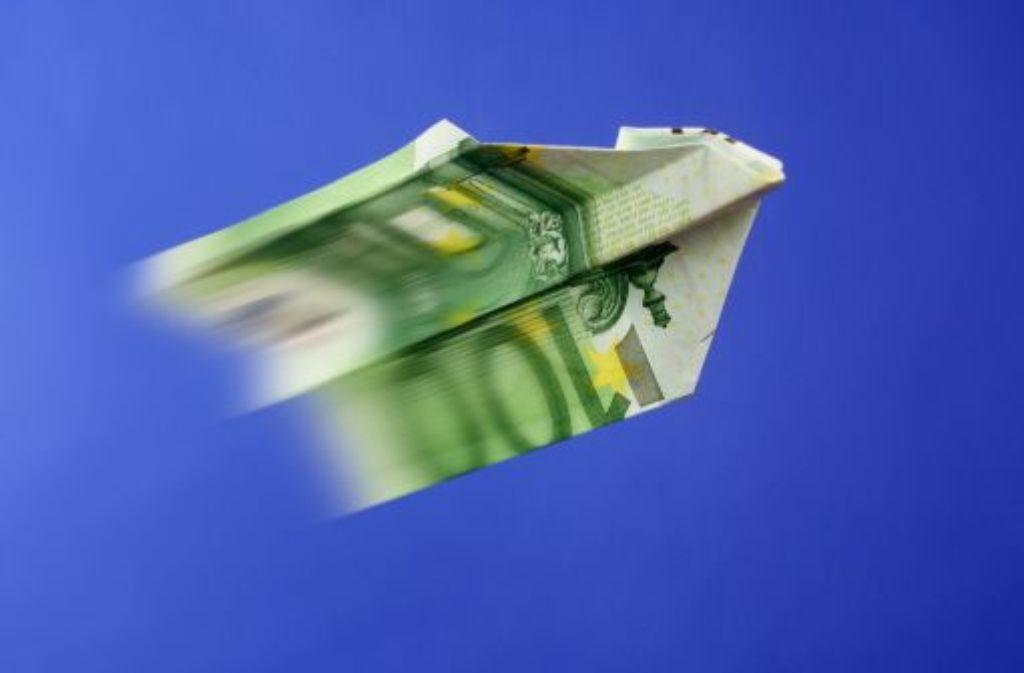 Geld kommt nicht von allein geflogen – wer mehr Lohn möchte, muss durch gute Argumente überzeugen. Foto: Lantelme