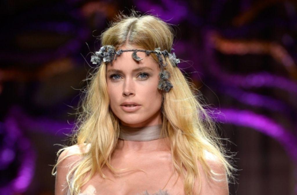 Doutzen Kroes war nur eines der Topmodels, die für Versace in Paris über den Laufsteg schwebten. Foto: Getty Images Europe