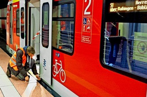 Szenen einer nächtlichen ET-430-Testfahrt mit modifiziertem Schiebetritt: im Hauptbahnhof misst ein Mitarbeiter den Abstand, daneben ein Blick ins System. Foto: Markus O. Robold