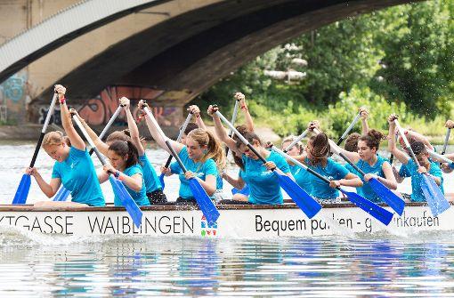 Drachenboote flitzen über den Neckar