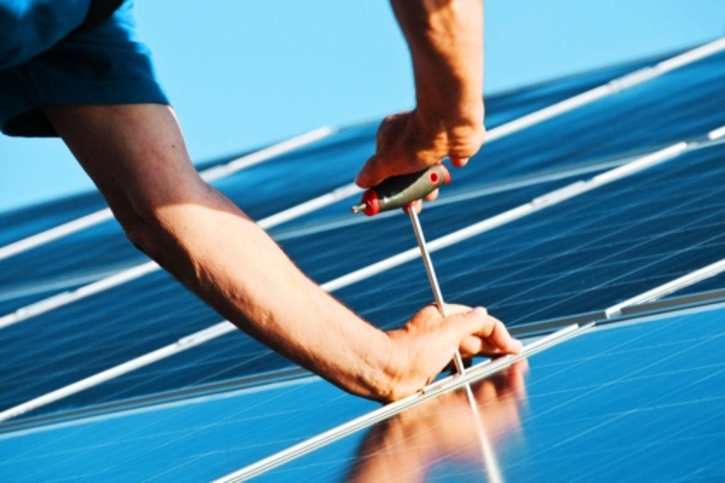 Entgegen ursprünglichen Überlegungen  müssen Hausbesitzer mit Solaranlagen auf dem Dach   die EEG-Umlage von zurzeit 6,24 Cent je Kilowattstunde nicht bezahlen. Foto: fotolia