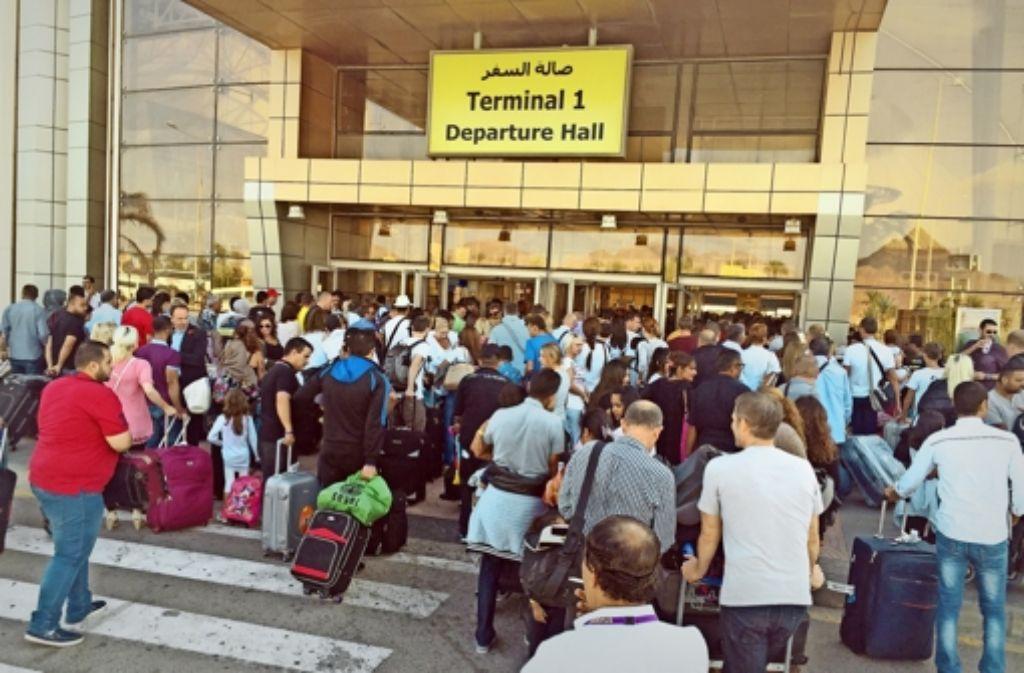 Der Andrang vor den Sicherheitskontrollen im Flughafen von Scharm el Scheich ist immens – der Stau reicht bis in Freie. Foto: dpa