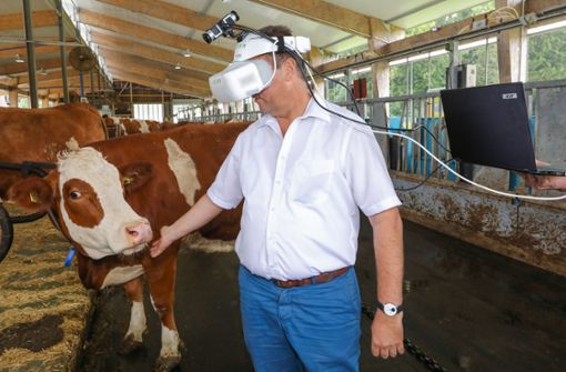 Agrarminister betrachtet die Welt mit den Augen einer Kuh