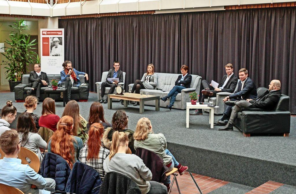 Sessel und Sofas schaffen eine entspannte Diskussions-Atmosphäre im Atrium des Albert-Schweitzer-Gymnasiums. Foto: factum/Bach
