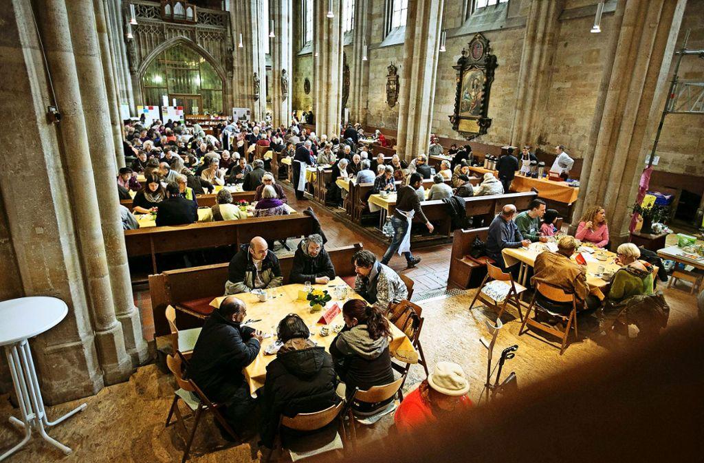 In der Frauenkirche wird seit zehn Jahren  zu Tisch gebeten. Foto: Michael Steinert
