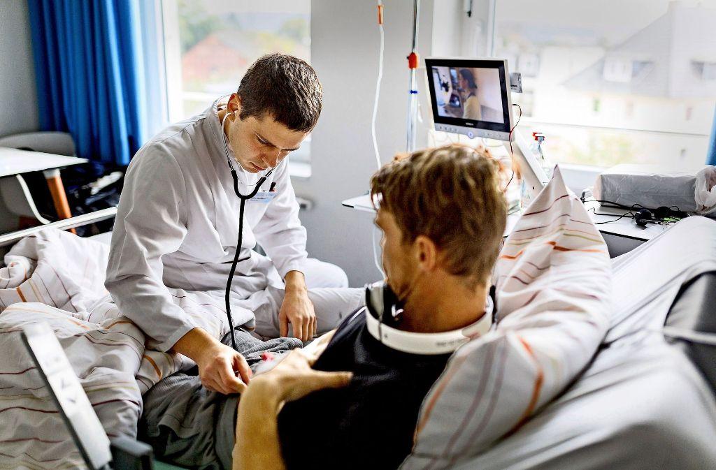 Der junge Arzt Kyril Halavach untersucht einen seiner Patienten. Seit einigen   Jahren beschäftigen vor allem Kliniken auf dem Land vermehrt junge Ärzte aus dem Ausland, weil sich für Stellen dort keine deutschen Bewerber finden. Foto: dpa