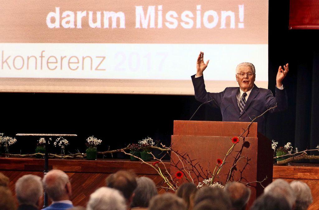 Kämpferisch, auch in der Drohgebärde: Ulrich Parzany predigt in der Korntaler Stadthalle. Foto: factum/Granville