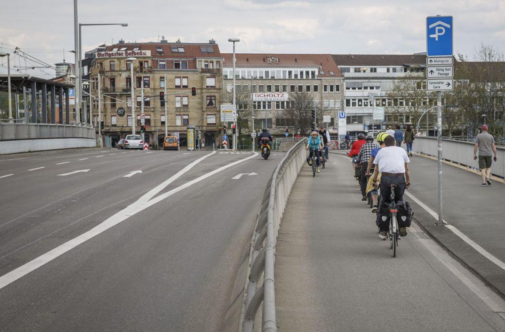 In Stuttgart fordern nun die Grünen im Gemeinderat  mehr Raum für Fußgänger und Radfahrer. Foto: