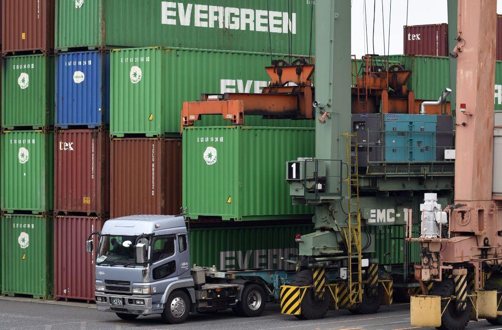 Container werden am Hafen von Tokio verschifft. Dank des neuen Freihandelspakt geschieht der Warenaustausch nun öfter und unkomplizierter. Foto: