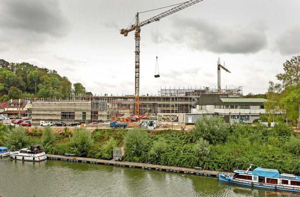 Aus Klein wird Groß: Das alte Rathaus in Remseck-Neckarrems (rechts im Bild) soll 2020 abgerissen werden. Bis dahin werden alle Mitarbeiter der Stadt in den neuen, 96 Meter langen Verwaltungssitz umgezogen sein. Foto: factum/Bach