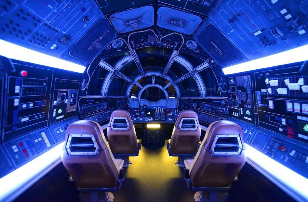 Besucher können dank einem Nachbau des  Raumschiffes Millennium Falke auf Abenteuerfahrt gehen. Foto: AFP