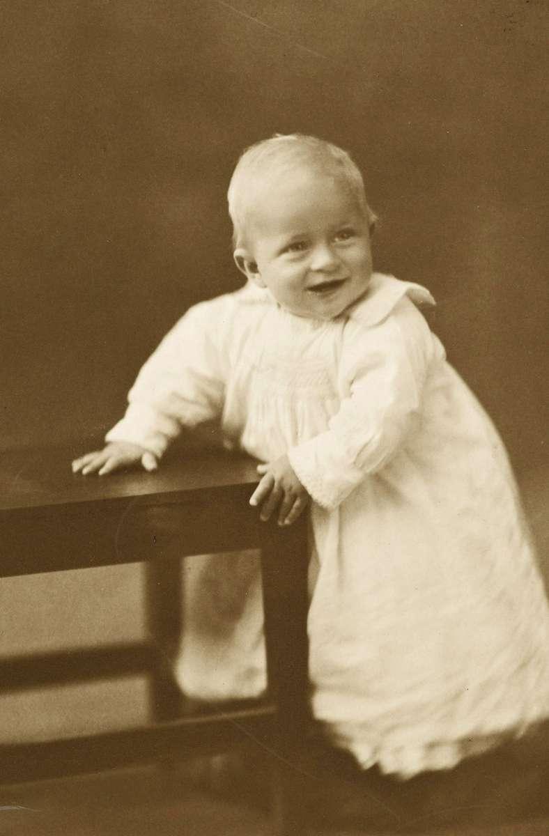 Das Foto aus dem Jahr 1922 zeigt Prinz Philip als Baby. Geboren wurde er am 10. Juni 1921 auf der griechischen Insel Korfu. Foto: dpa