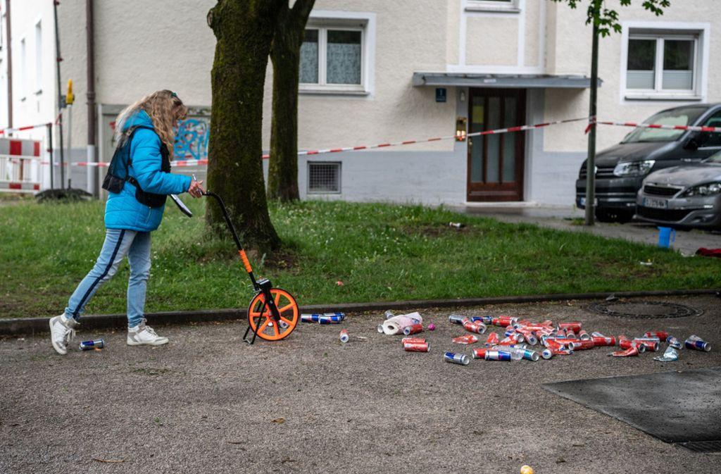 Eine Frau von der Spurensicherung vermisst die Stelle, an der  ein Fahrzeug in eine Gruppe von Menschen gefahren ist. Foto: dpa/Matthias Balk