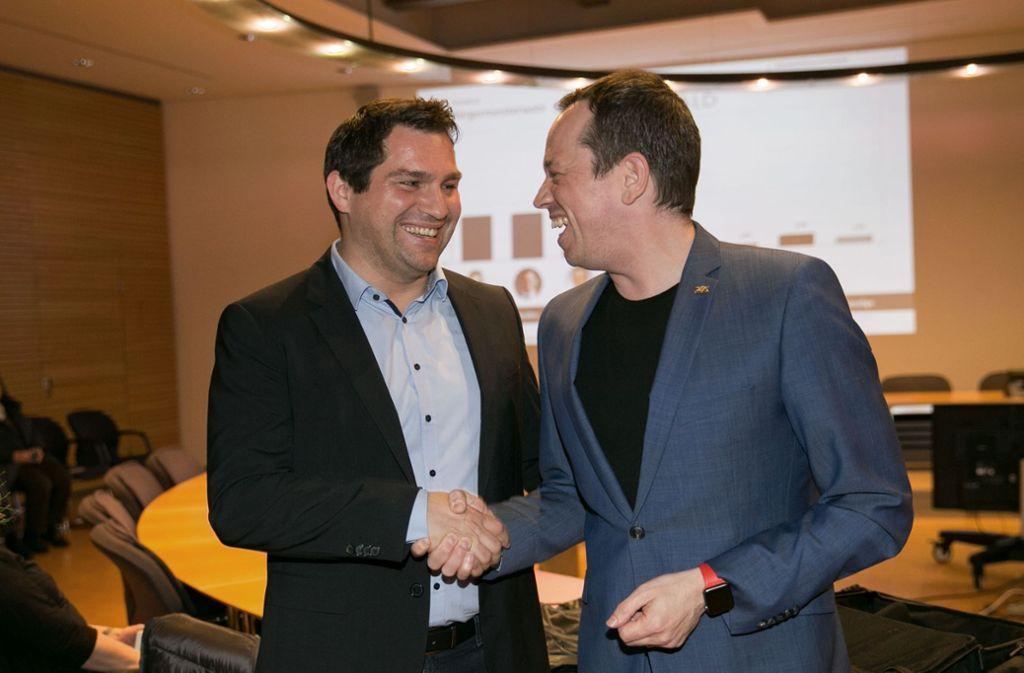 Altbürgermeistesr Nicolas Fink (rechts) gratuliert Jungbürgermeister Andreas Jarolim. Foto: Ines Rudel