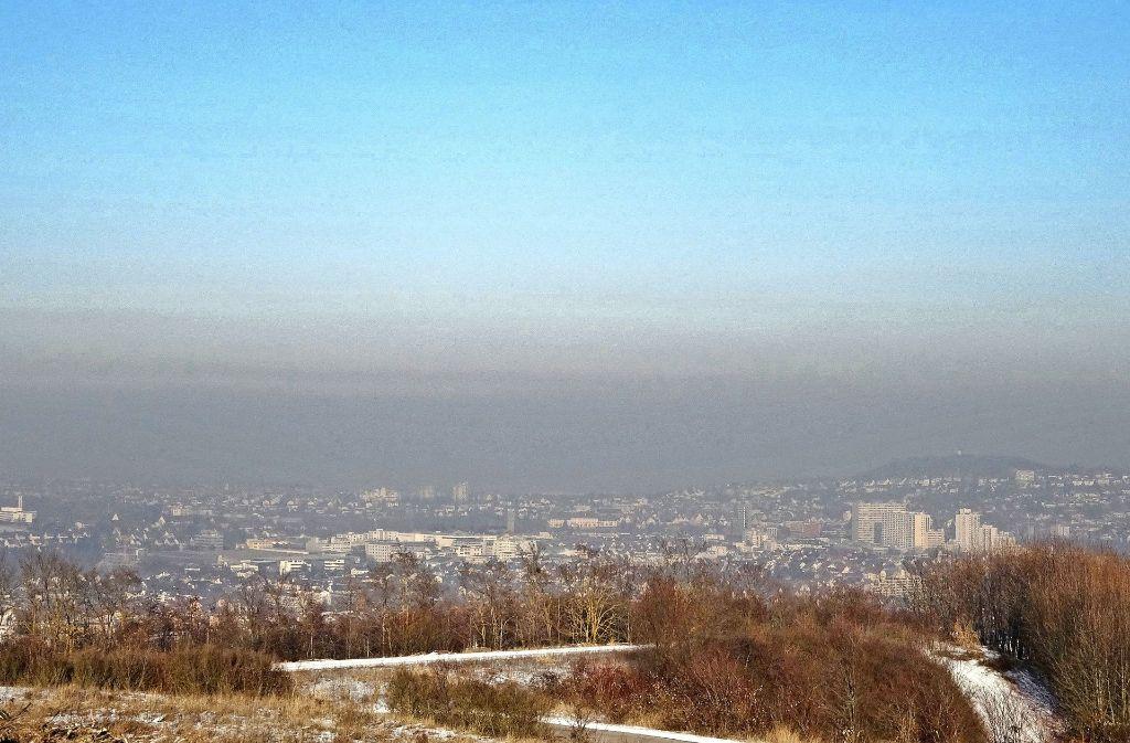 Der Eltinger Blick liegt höher als die Inversionsschicht und bietet damit eine gute Aussicht über Leonberg unter der Dunstglocke. Foto: Ewald Thoma
