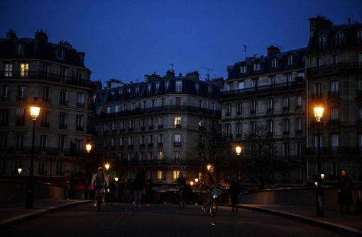 Paris applaudiert den Helfern