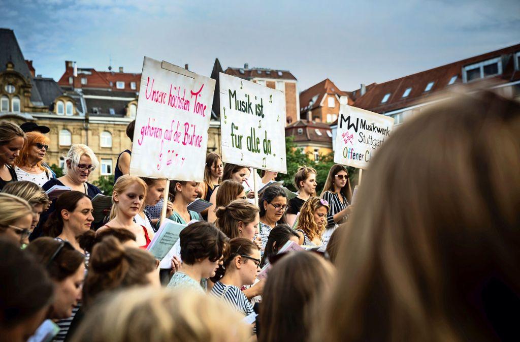 Gesang und Transparente weisen auf die unbefriedigende Situation hin. Foto: Lg/Julian Rettig