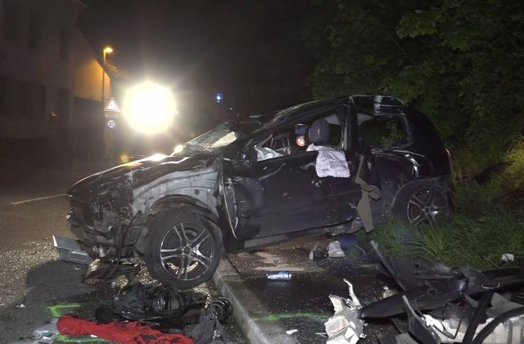 Die Insassen dieses Kleinwagens sind zum Teil lebensgefährlich verletzt worden. Foto: 7aktuell.de