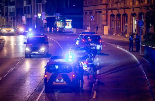 Raser flüchtet vor Polizei – und will Streifenwagen überholen