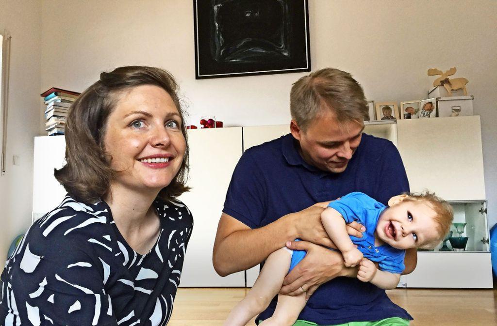 Es gibt die guten und die schlechten Stunden: Julia und Ville Matilainen wissen, dass ihr schwerstbehinderter Sohn Linus laut Statistik nicht sehr lange zu leben hat. Foto: Keck