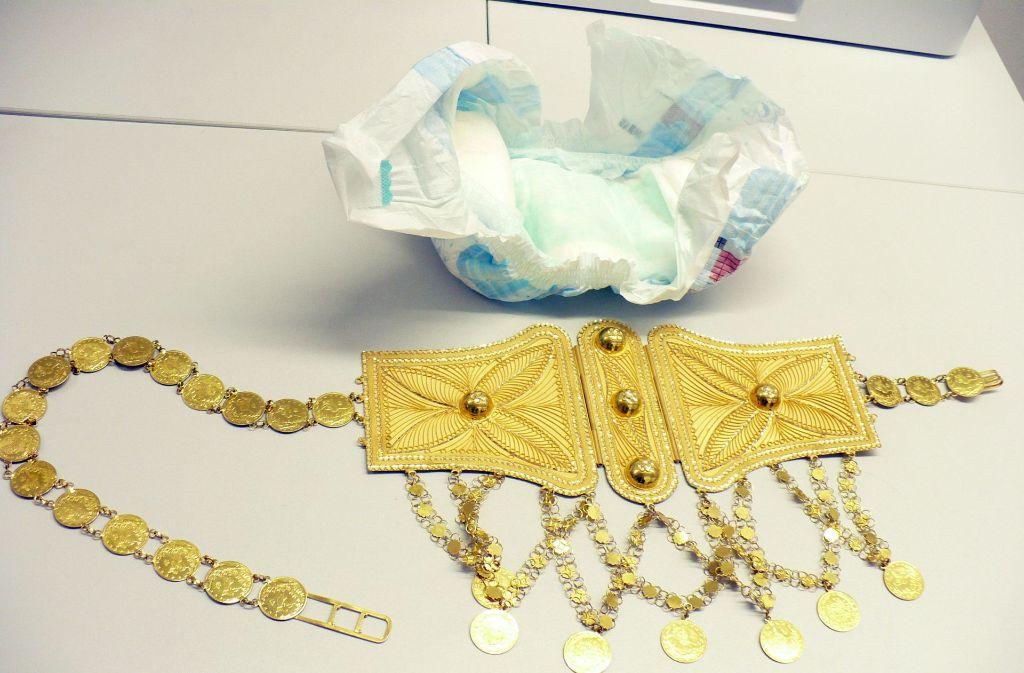 Gut verpackt in einer Babywindel hat der Zoll am Flughafen Stuttgart einen kostbaren Goldgürtel im Gepäck eines Schweden gefunden. Foto: dpa/Hauptzollamt Stuttgart
