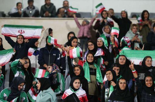 Erstmals dürfen Frauen Fußballtickets kaufen