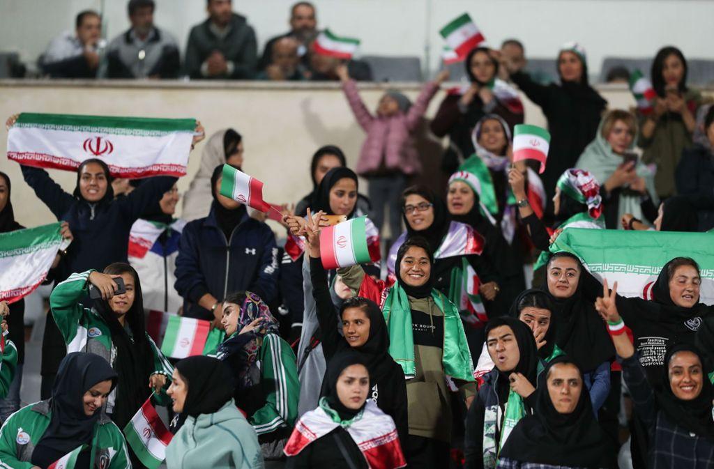 Der Klerus hat Frauen den Besuch von Fußballspielen seit vier Jahrzehnten untersagt, weil seiner Ansicht nach islamische Frauen bei den Spielen mit frenetischen männlichen Fans nichts zu suchen hätten. Foto: Saeid Zareian/dpa/Saeid Zareian