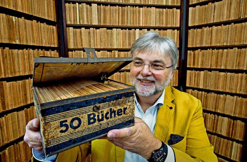 Hans-Jochen Marquardt, Vorsitzender des Literarischen Museums und Initiator der Reclam-Ausstellung, zeigt im Reclam-Museum in Leipzig eine Ausgabe der Reclam Wochenend-Bücherei, die zwischen 1927 und 1930 in einer Blechkassette auf den Markt kam. Foto: dpa-Zentralbild