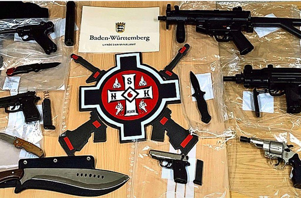 Unter den sichergestellten Gegenständen sind Schreckschuss- und Luftdruckwaffen, Schlagstöcke und  Messer. Foto: LKA Baden-Württemberg