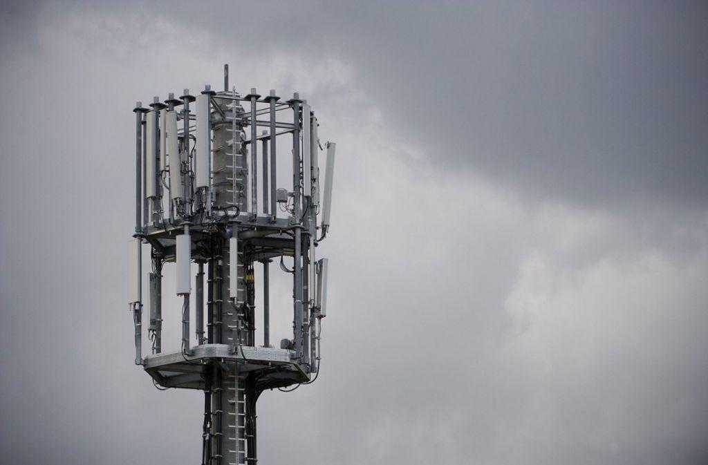 Mobilfunkmasten sollen an zwei Standorten die Versorgung verbessern. Das ist nicht unumstritten. Foto: dpa/Marijan Murat
