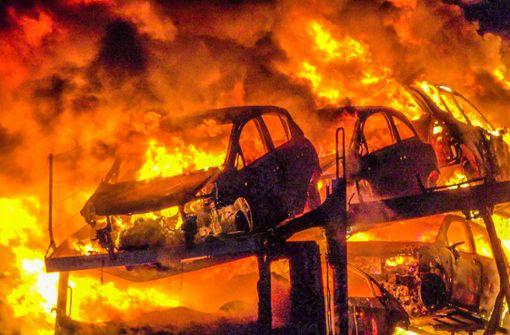 Autotransporter auf A5 brennt lichterloh