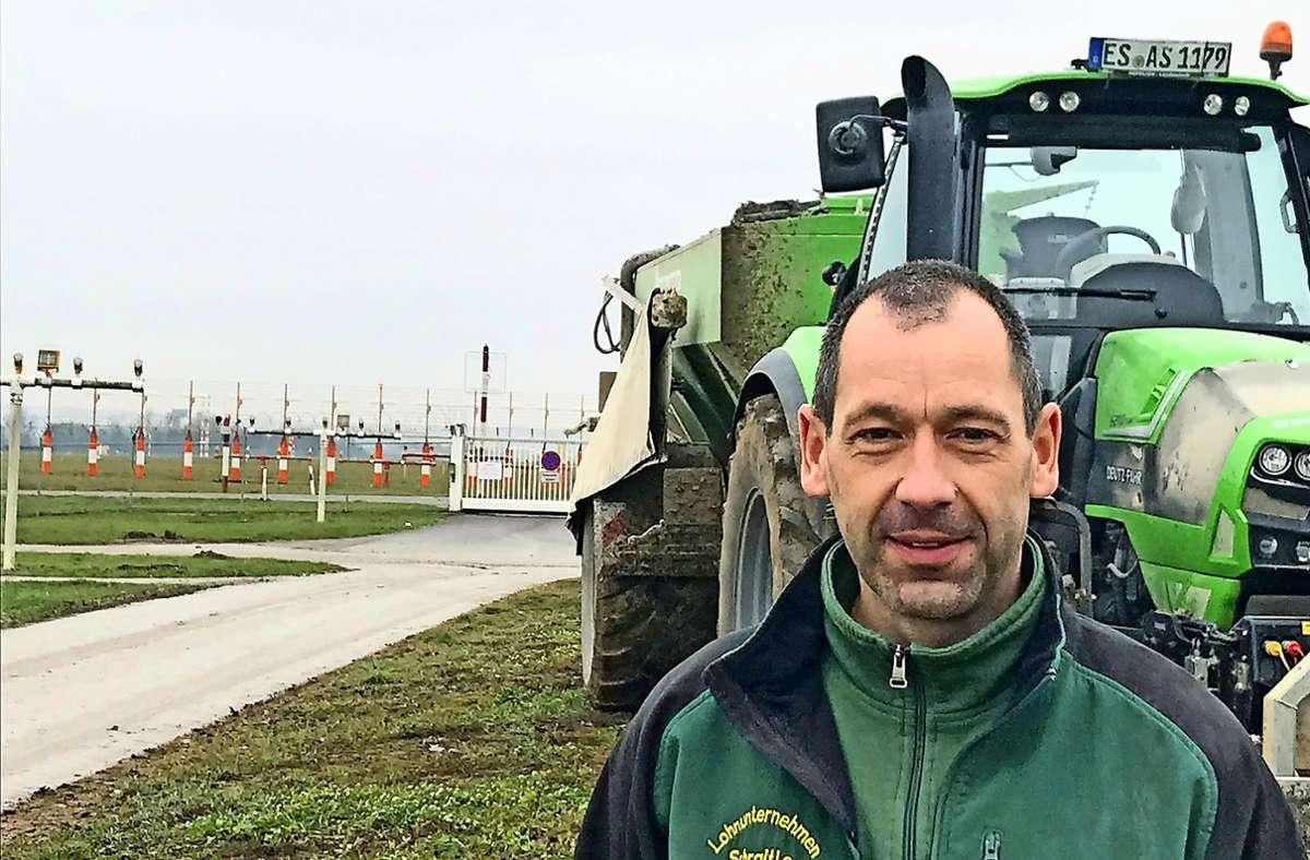 Der Flughafenfeuerwehrmann Oliver Schraitle  arbeitet nach der Airport-Schicht noch auf den Feldern der Filder. Foto: SWR (z)