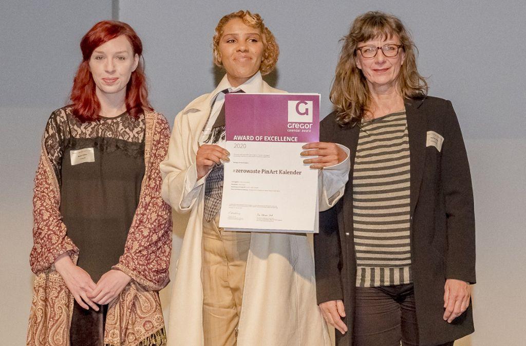 Sängerin Alice Francis ( Mitte) mit ihrem Frauenteam: Sie bekamen den Kalenderpreis in der Kategorie Nachhaltigkeit.  Preisträgerin  und Sängerin Alice Francis mit ihrem Frauenteam Foto: Andreas Engelhard