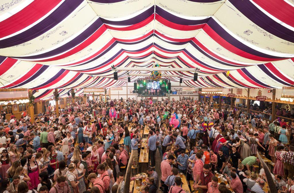 Volle Zelte: kein seltenes Bild auf dem Stuttgarter Frühlingsfest 2018. Foto: dpa