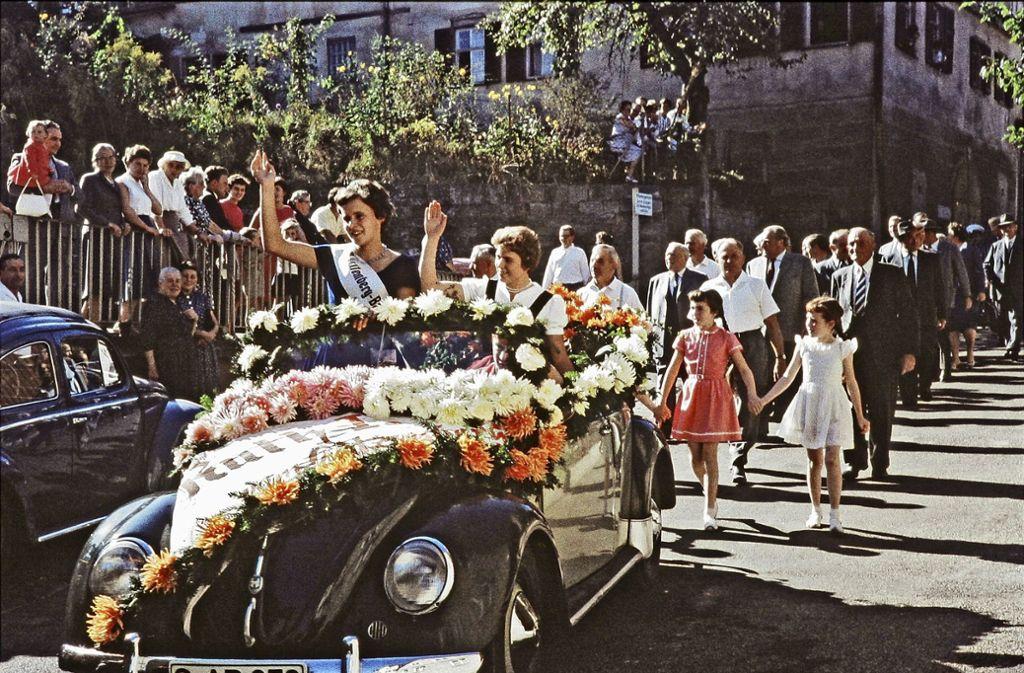 Im offenen Wagen wurde die Baden-Württembergische Weinkönigin Ruth Eisele (mit Schärpe) durch die Straßen gefahren. Ganz Uhlbach war auf den Beinen. Foto: Eisele