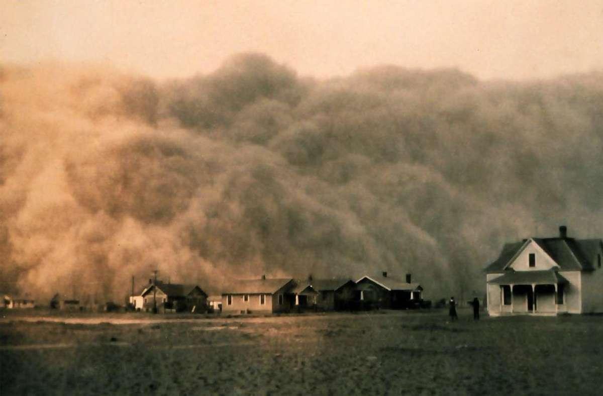 """Ein Staubsturm erreicht die Stadt   Stratford im US-Bundesstaat Texas: Dieses Foto wurde im Jahr 1935 während der großen Dürre in den USA – dem sogenannten """"Dust Bowl"""" – aufgenommen. Solche Mega-Dürren könnten sich in Zukunft wiederholen, warnen Klimaexperten. Foto: Wikipedia commons//NOAA George E. Marsh Album"""