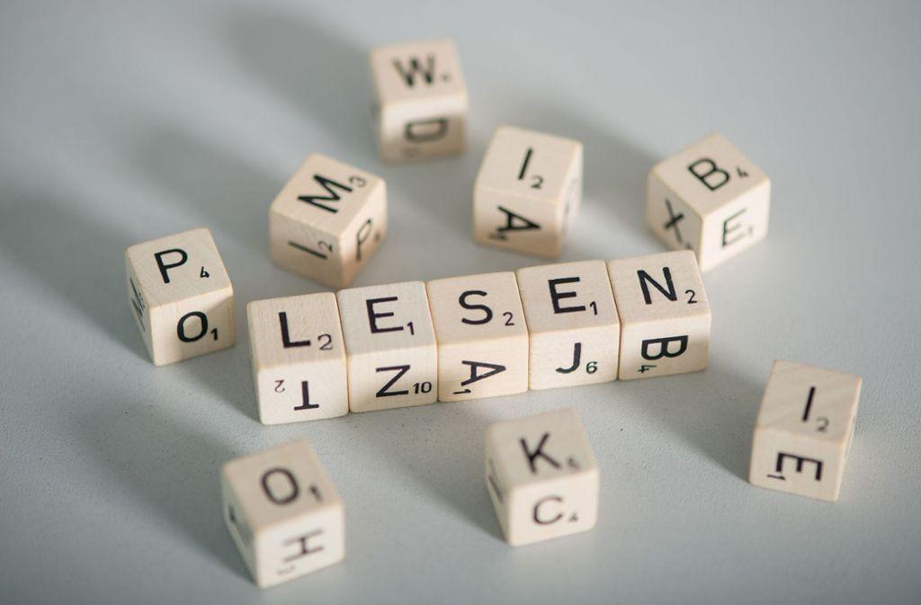 Die Betroffenen können einzelne Sätze lesen oder schreiben, aber keine zusammenhängenden Texte verstehen, auch keine kürzeren. Foto: dpa