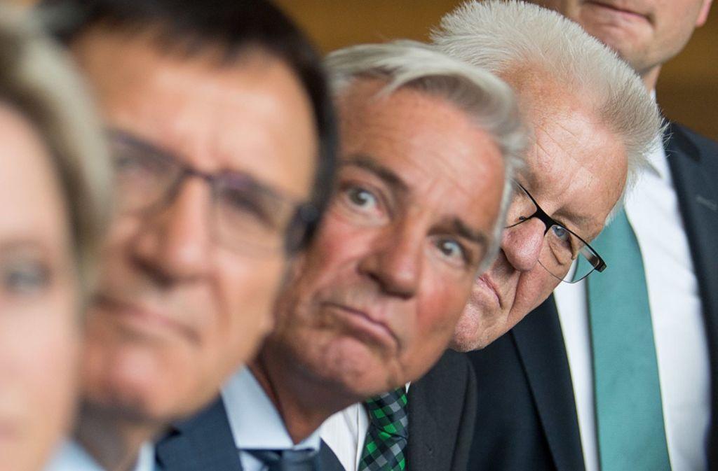 Banger Blick in Richtung Fahrverbote: CDU-Fraktionschef Wolfgang Reinhart, Vize-Regierungschef Thomas Strobl und Ministerpräsident Winfried Kretschmann (v.l.). Foto: dpa