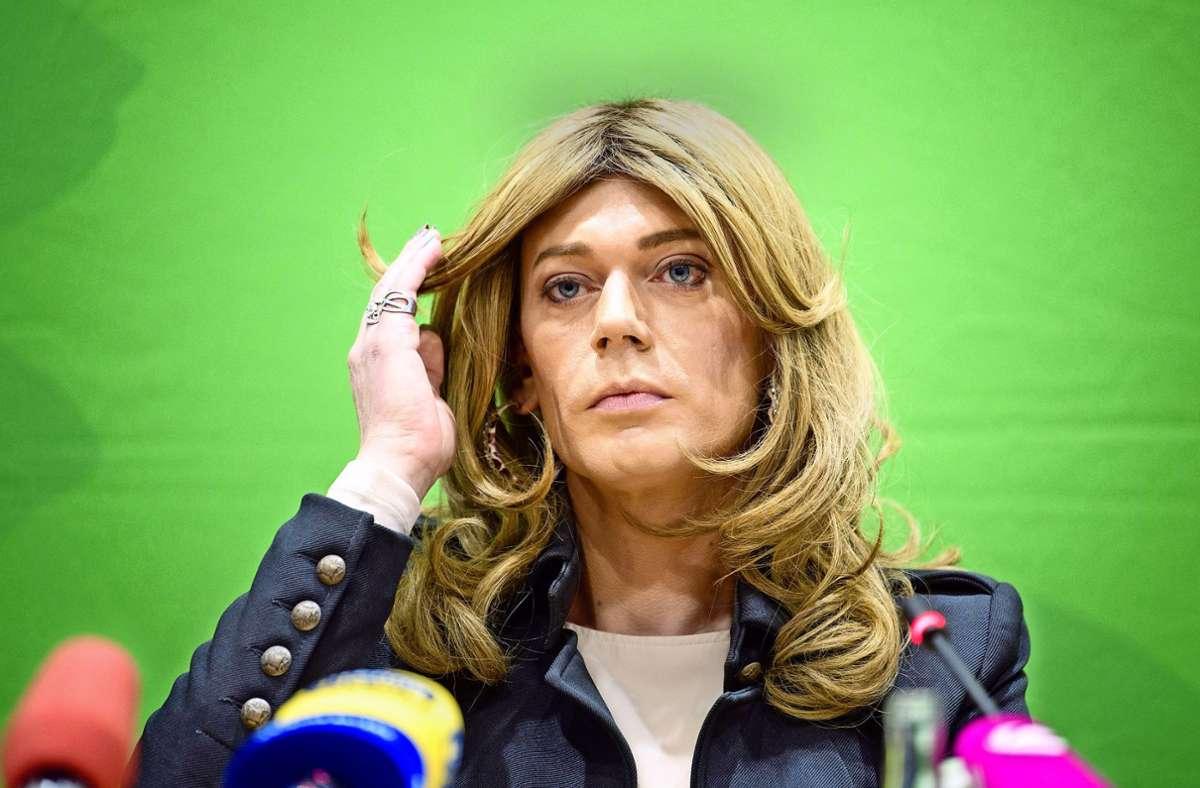 Tessa Ganserer (Bündnis 90/Die Grünen) spricht 2019 auf einer Pressekonferenz zum künftigen transidenten Auftreten im bayerischen Landtag. Foto: dpa/Matthias Balk