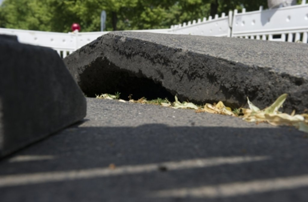 Bei großer Hitze kann sich der Fahrbahnbelag wölben. (Archivfoto) Foto: dpa