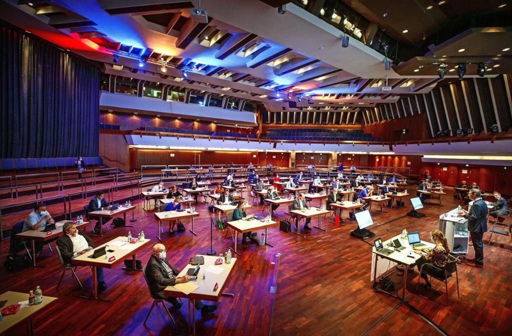 Der Kreistag verteilt sich weiträumig und regelkonform im Hölderlinsaal der Schwabenlandhalle Foto: /Gottfried Stoppel