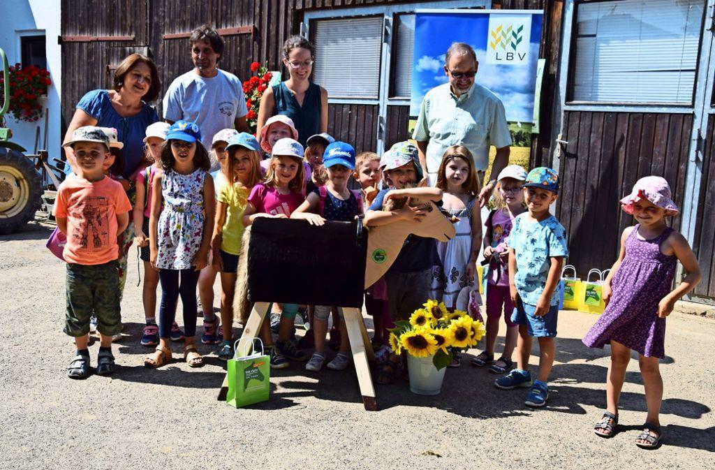 Die Kindergartenkinder schließen das Holzpferd Blinki sofort ins Herz. Sie dürfen aber auch auf dem echten Wallach  Monti reiten. Foto: Alexandra Kratz