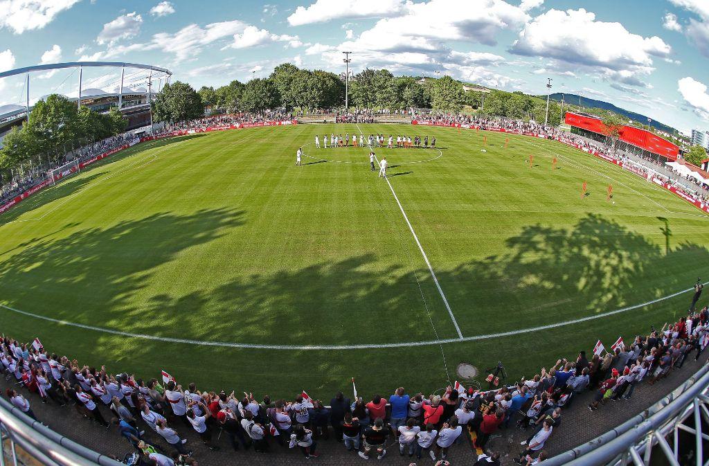 Der offizielle Trainingsstart des VfB war stimmungsvoll, im Anschluss gab es aber auch Diskussionen. Foto: Baumann